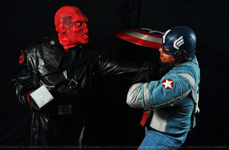 Cosplay Red Skull Choking Captain America